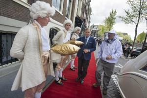 Amsterdam,Koninklijk bezoek voor Waldorf Astoria Amsterdam op de dag can het eenjarig bestaan van het luxueuze hotel aan de Herengracht.  Met een Rolls Royce kwamen drie bijenkoninginnen aan, om door lakeien in livrei naar hun werkverblijf op het groene dak van  het hotel te  worden gebracht, waar hun gevolg van duizenden nijvere werkers al wachtte. Door bijenkasten te plaatsen draagt Waldorf Astoria Amsterdam bij aan het verbeteren van de stadsbestuur. Bij gunstige omstandigheden kan het bijenvolk komende zomer  tot een omvang groeien van 180.000, en zullen zij voldoende honing produceren om de gasten van het hotel te voorzien van deze gezonde lekkernij. TAV:DE STAD.RED.FOTO'S RICHARD MOUW
